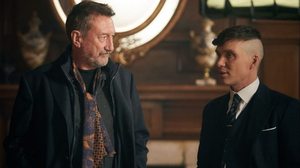 Steven Knight, criador da série, e Cillian Murphy, que interpreta Thomas Shelby.